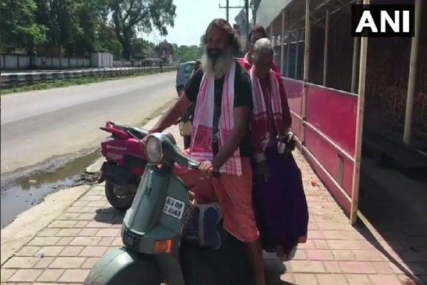 Karnataka Man who has been travelling to various holy places with his mother on a scooter - Weird Stories in Hindi