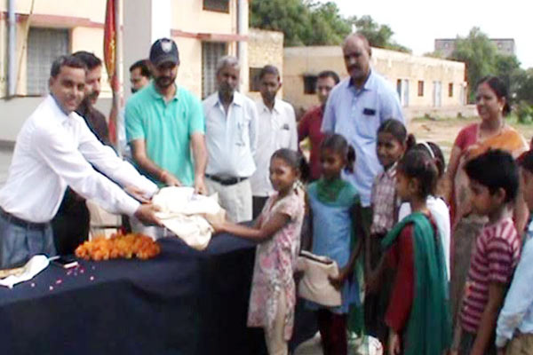 teacher Become a Bhamashah, Distributed dress to the children - Dholpur News in Hindi