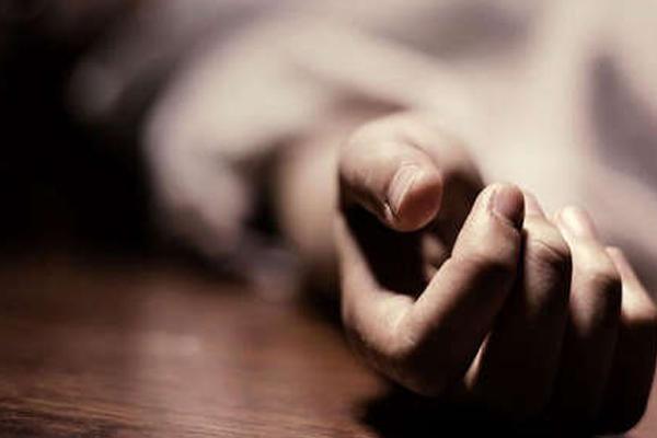 कर्ज से परेशान किसान ने की आत्महत्या, शव के साथ  बैठे हैं धरने पर लोग