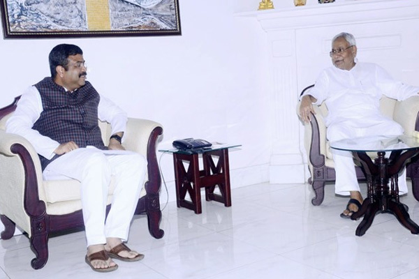 Petroleum minister Pradhan urges CM Nitish to reduce VAT on petrol, diesel - Patna News in Hindi