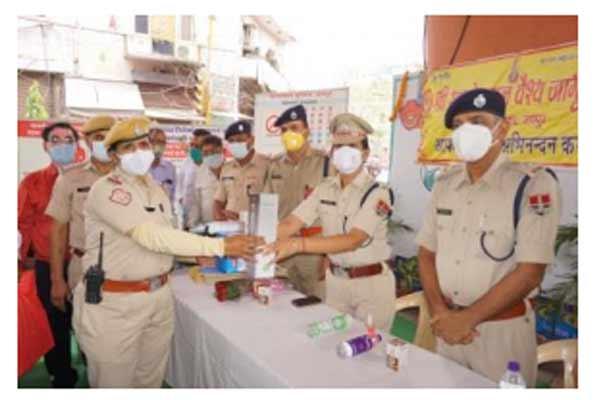Distribution of umbrella, steel thermos bottle and tiffin kit to traffic women policemen - Jaipur News in Hindi