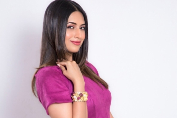 Divyanka Tripathi: Refreshing to host Crime Patrol - Television News in Hindi