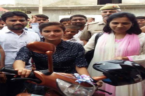 DM awarded scooty to schoolgirl in ghaziabad - Ghaziabad News in Hindi