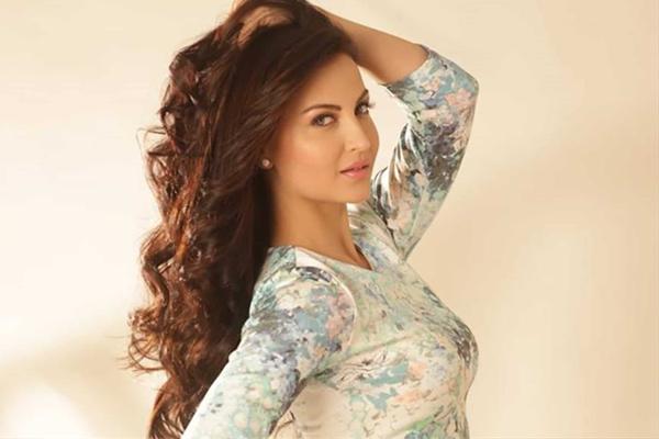 Elli AvrRam played cupid in Evelyn Sharma love story! - Bollywood News in Hindi