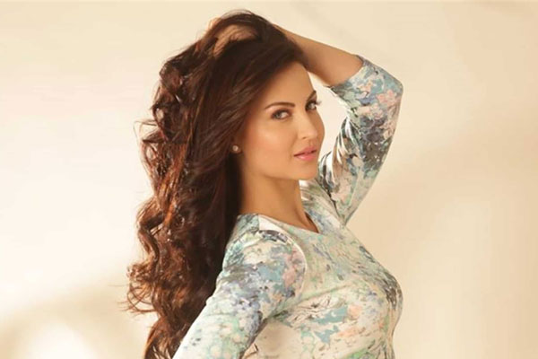 Elli AvrRam lets the tomboy in her walk out of the closet - Bollywood News in Hindi