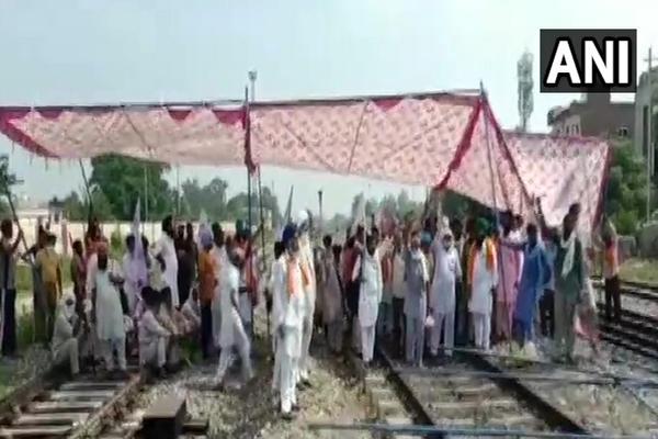 पंजाब में किसानों के आंदोलन के कारण रेलवे को 2,220 करोड़ रुपये का नुकसान