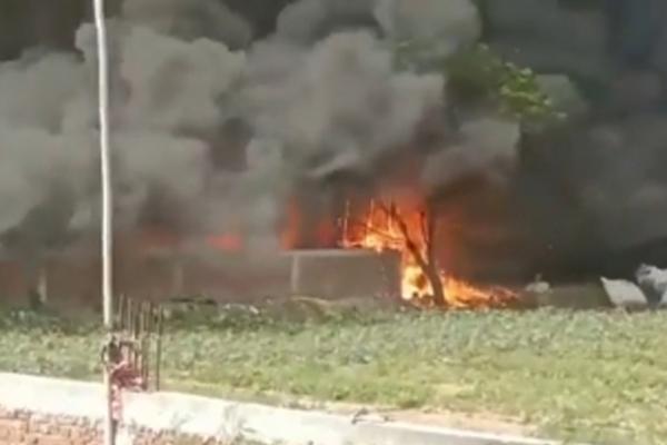 नोएडा की सैकड़ों झुग्गियों में लगी आग में 2 बच्चियों की झुलसकर मौत
