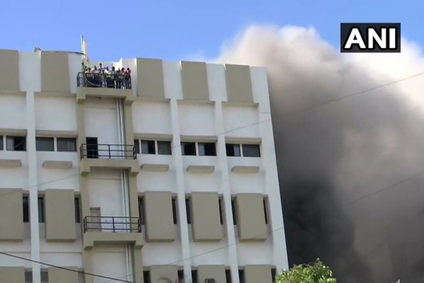 Mumbai : A level 4 fire has broken out in MTNL Building in Bandra - India News in Hindi