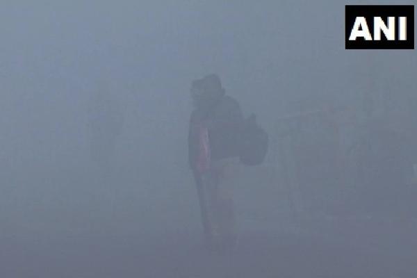 कानपुर में आज सुबह छाया घना कोहरा, देखें तस्वीरें