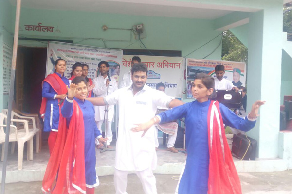 Folk artists are giving information about government achievements - Mandi News in Hindi