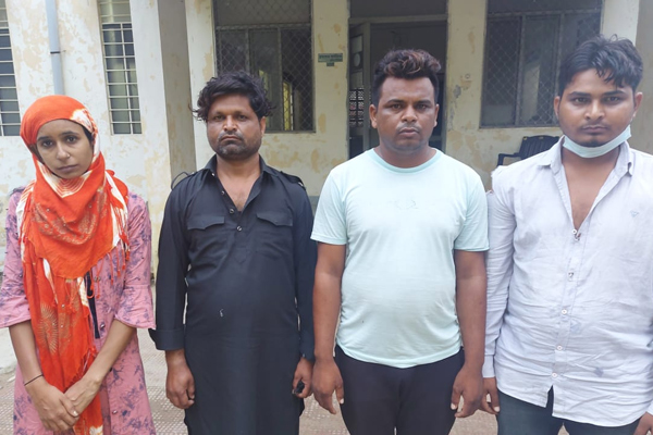 Four arrested along with woman in honey trap in Jaipur, one lakh rupees and country katta recovered - Jaipur News in Hindi