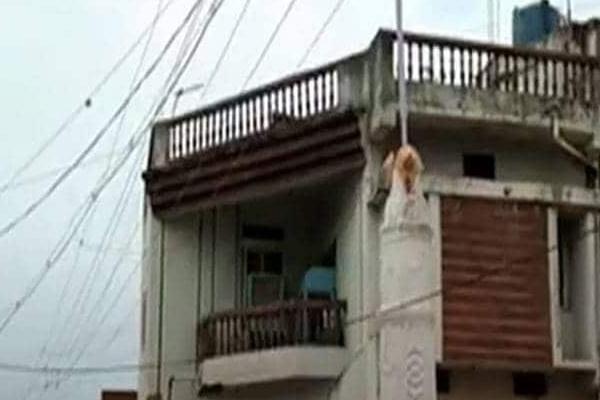 Shoking News Mysteriously Stone Pelting On Houses Maharashtra Gadchiroli - Weird Stories in Hindi