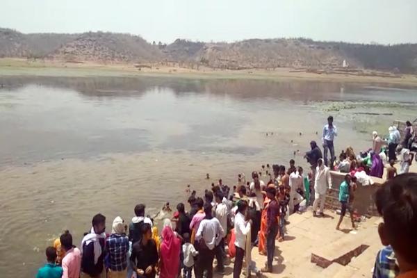 karauli news : devotees dip in to Sagar Lake on Ganga Dussehra in karauli - Karauli News in Hindi