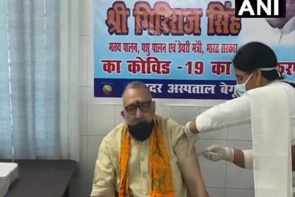 Union Minister Giriraj Singh takes first dose of Corona Virus Vaccine at Sadar Hospital - Patna News in Hindi