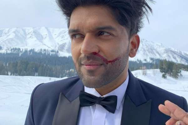 Guru Randhawa suffers nose bleed during Kashmir sub-zero shooting - Bollywood News in Hindi