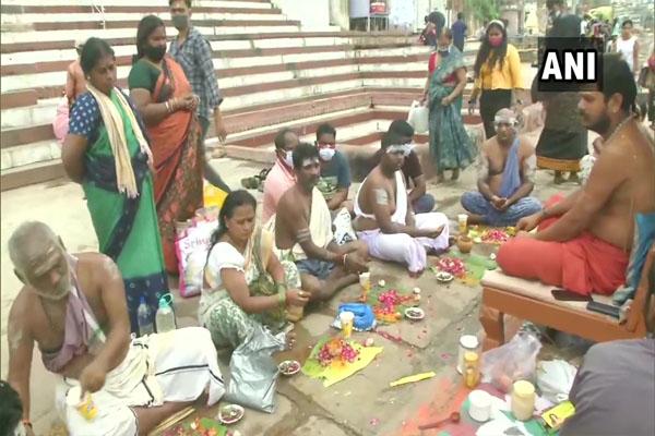 गुरु पूर्णिमा के मौके पर श्रद्धालुओं ने गंगा नदी में स्नान किया और पूजा अर्चना की, देखें तस्वीरें