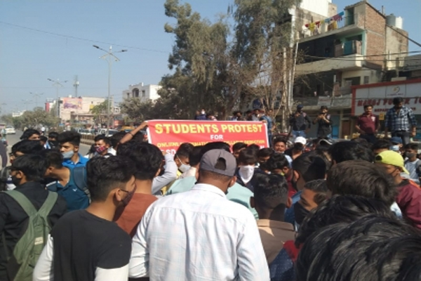 Gurugram college students jammed road, demand to conduct online exams - Gurugram News in Hindi