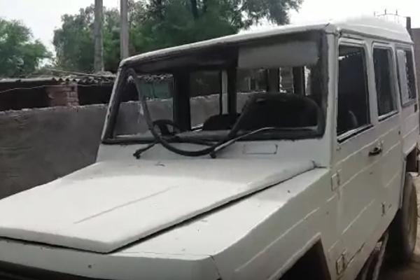 शराब तस्करों का पुलिस  पार्टी पर हमला, गाड़ियां तोड़ी, पुलिसकर्मी घायल