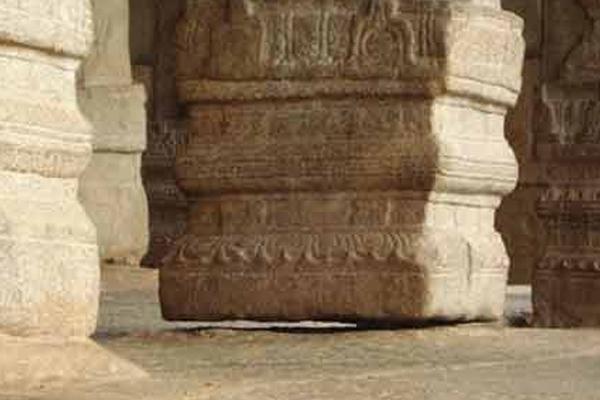 hanging pillar in lepakshi temple - Weird Stories in Hindi