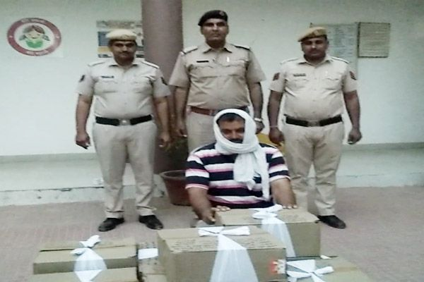 Liquor smuggler arrested, 20 illegal illegal liquor recovered - Fatehabad News in Hindi