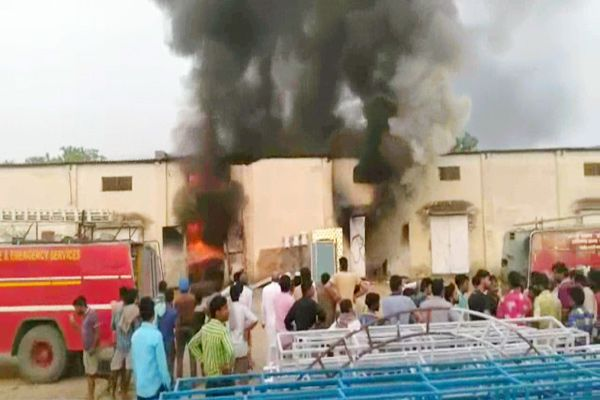 Burnt fire in the warehouse of Tent House - Fatehabad News in Hindi
