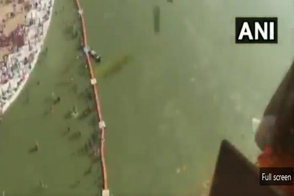 Helicopter rain on pilgrims in Prayagraj - Allahabad News in Hindi