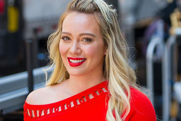 Hilary Duff all smiles while shopping with daughter - Hollywood News in Hindi
