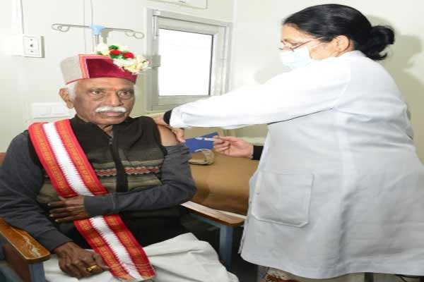 Himachal Governor gets first dose of vaccine - Shimla News in Hindi