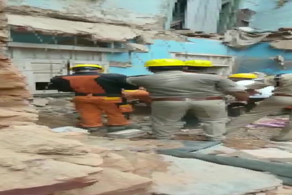 Part of a two-storey building in Lucknow collapsed, one dead - Lucknow News in Hindi