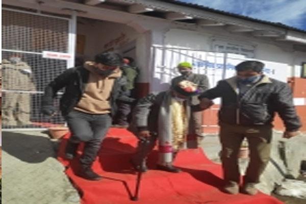 हिमाचल के पंचायत चुनाव में103 वर्षीय बुजुर्ग ने मतदान किया
