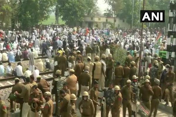 Farmers block railway track in Palwal - Chandigarh News in Hindi