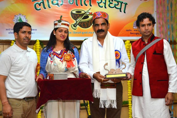 Young and young artists decorated folk songs - Kullu News in Hindi