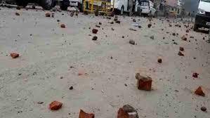 अलीगढ़ में पुलिस पर किया पथराव, लॉकडाउन के दौरान दुकानें बंद करने के निर्देश देने पर हुई ये घटना
