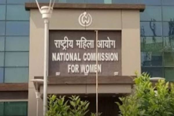Youths made indecent remarks on women, Delhi Commission for Women took cognizance of the matter - Delhi News in Hindi