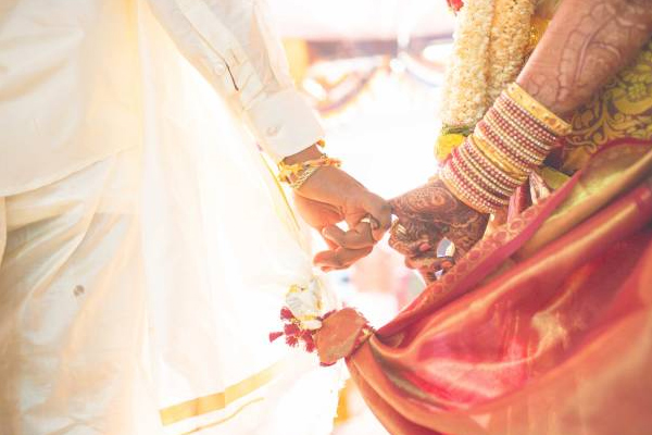 kolkata couple ties knot in four hours of meeting for the first time - Weird Stories in Hindi