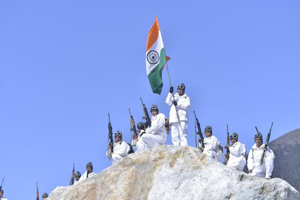 ITBP Jawans Unfurl Tricolour at 18000 Feet - India News in Hindi