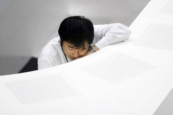Japanese company pays employees to get a full nights sleep - Weird Stories in Hindi
