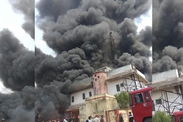 उत्तरप्रदेश के जौनपुर में BSNL टावर में भीषण आग, दमकल की 3 गाड़ियां मौजूद