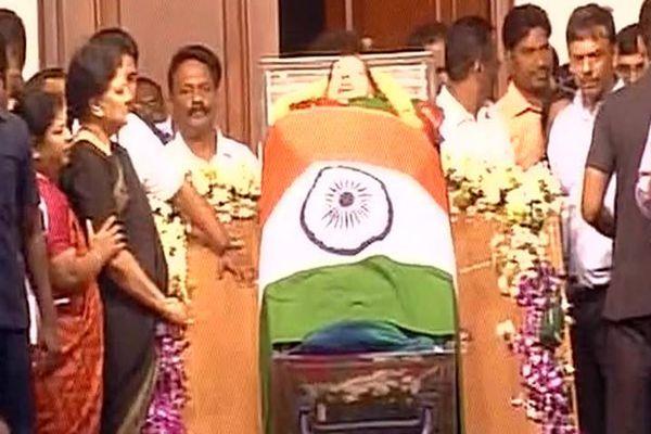 Expelled AIADMK MP Sasikala Pushpa moves SC for CBI probe into Jayas death - Chennai News in Hindi
