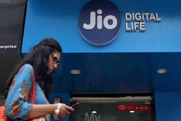 Jio tops subscriber race in April, Vodafone Idea user base erodes - Gadgets News in Hindi