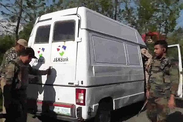 60 lakh robbed from bank cash van in Shopian, Kashmir - Srinagar News in Hindi