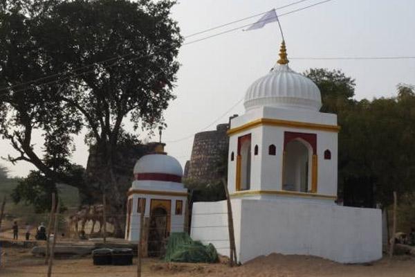 UP : नट बली के मंदिर में खिचड़ी चढ़ा प्रेमी जोड़ों ने मनाई मकर संक्रांति