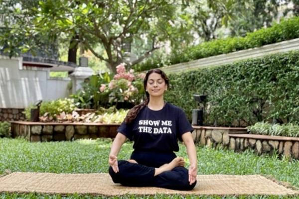 Juhi Chawla wears T-shirt with slogan show me the data - Bollywood News in Hindi