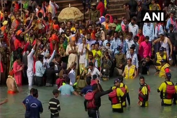 महाशिवरात्रि पर कुंभ मेला 2021 - शाही स्नान के दिन साधुओं ने किया स्नान, देखें तस्वीरें