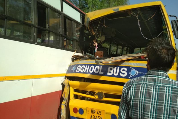 School bus and private bus collision, 12 children injured - Kaithal News in Hindi