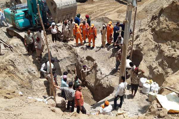 After 18 hours, 5-year-old girl pulled out dead from borewell in Karnal - Karnal News in Hindi