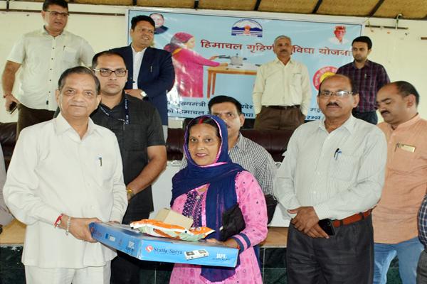 dharamshala news : Free LPG gas connection distribution under Himachal Housing Benefit Scheme - Dharamshala News in Hindi