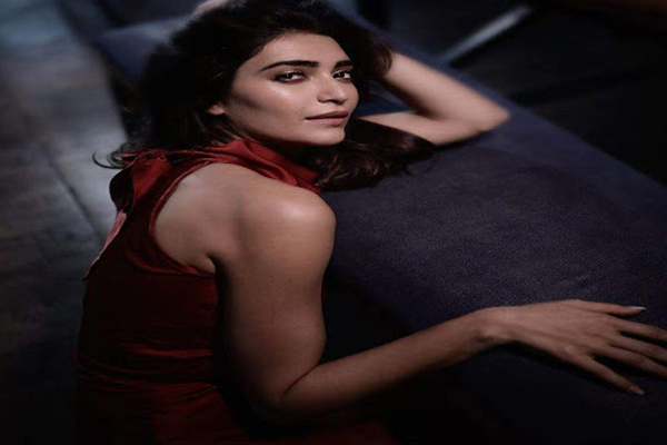 Karishma Tanna is lost in her own thoughts - Bollywood News in Hindi