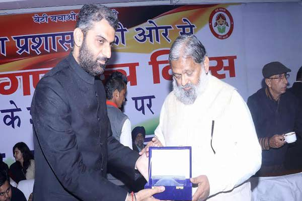 Minister give gift to girls at the ocassion of republic day - Karnal News in Hindi