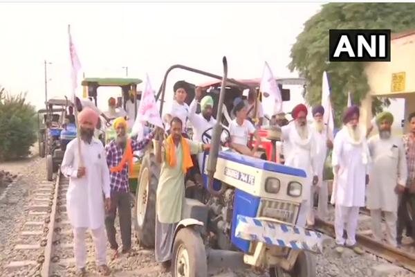 पंजाब में रेल पटरी पर ट्रैक्टर, किसानों का रेल रोको आंदोलन जारी, देखें तस्वीरें